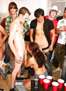 Парни со студентками устроили прекрасную групповушку - фото #4