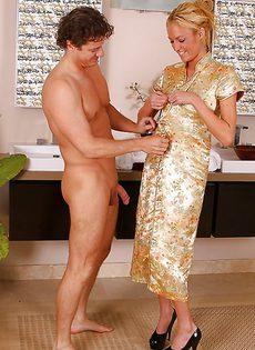 Красивая блондинка удовлетворила мужика в ванной комнате - фото #3
