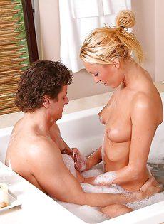 Красивая блондинка удовлетворила мужика в ванной комнате - фото #12