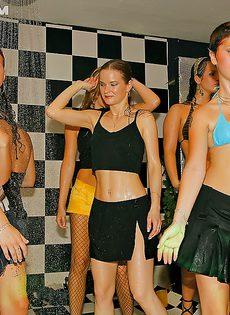 Молодые девушки напились и начали откровенно танцевать - фото #7