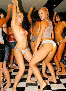 Молодые девушки напились и начали откровенно танцевать - фото #8