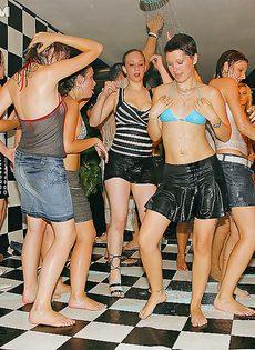 Молодые девушки напились и начали откровенно танцевать - фото #15