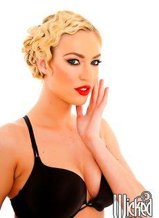 Эротика от длинноногой блондинистой девушки в чулочках - фото #1