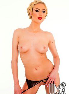 Эротика от длинноногой блондинистой девушки в чулочках - фото #11