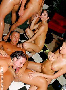 Групповое европейское порно прямо на вечеринке - фото #13