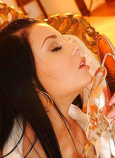 Сексапильная брюнетка решила показать обнаженное тело - фото #6