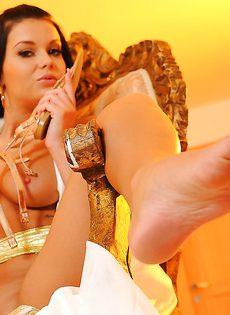Сексапильная брюнетка решила показать обнаженное тело - фото #15