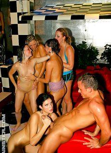 Девушки сами предложили парням заняться групповушкой - фото #1