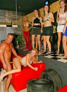 Девушки сами предложили парням заняться групповушкой - фото #5