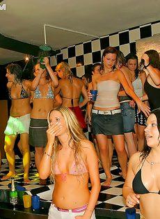 Девушки сами предложили парням заняться групповушкой - фото #10