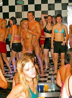 Девушки сами предложили парням заняться групповушкой - фото #13
