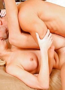 Красавчик нагнул подружку и засунул пенис в ее киску - фото #11