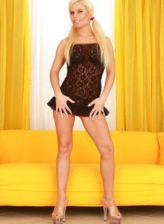 У сиськастой блондинки волосатая дырка между ног - фото #1
