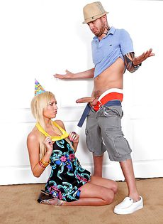 Горячий парень задвигает половой член во влагалище блондинки - фото #8