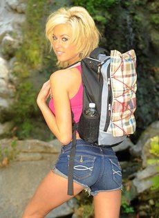 Тощая блондинистая девушка разделась на природе - фото #1