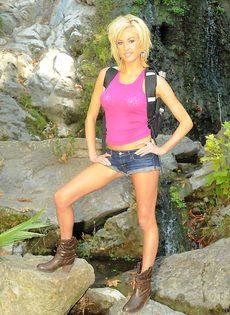 Тощая блондинистая девушка разделась на природе - фото #2