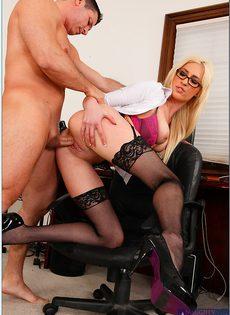 В офисе женственная блондинка в чулках расслабилась по полной - фото #6