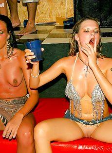 Пьяная секс тусовка с молоденькими студентками прошла отлично - фото #11