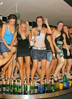 Пьяная секс тусовка с молоденькими студентками прошла отлично - фото #14