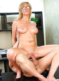 Начальника удовлетворила секретарша в очках - фото #10