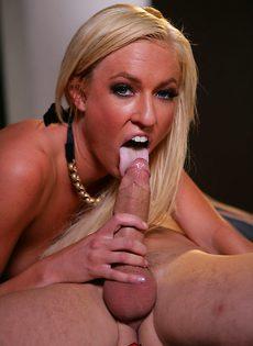 Стрельнул спермой прямо на лицо молоденькой блондинки - фото #8