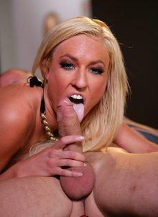 Стрельнул спермой прямо на лицо молоденькой блондинки - фото #9