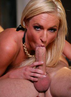 Стрельнул спермой прямо на лицо молоденькой блондинки - фото #10
