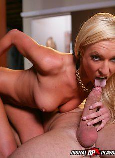 Стрельнул спермой прямо на лицо молоденькой блондинки - фото #12