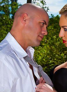 Секс на природе лысого парня и гламурной блондинки - фото #3