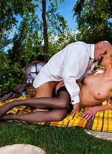 Секс на природе лысого парня и гламурной блондинки - фото #9
