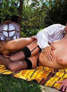 Секс на природе лысого парня и гламурной блондинки - фото #11
