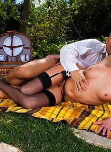 Секс на природе лысого парня и гламурной блондинки - фото #12