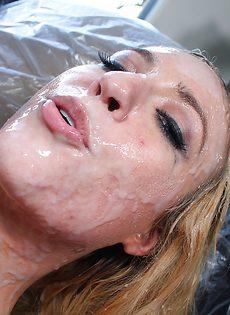 Похотливые подружки делятся мужской спермой после ебли - фото #10