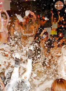 Пенная вечеринка превратилась в очередную оргию - фото #3