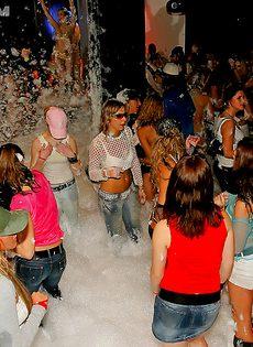 Пенная вечеринка превратилась в очередную оргию - фото #8