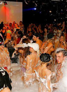 Получилась отличная пенная вечеринка в клубе - фото #3