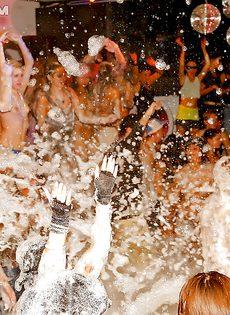 Получилась отличная пенная вечеринка в клубе - фото #7