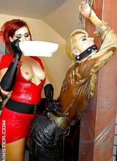 Рыжеволосая шлюшка доминирует над блондинистой девушкой - фото #8