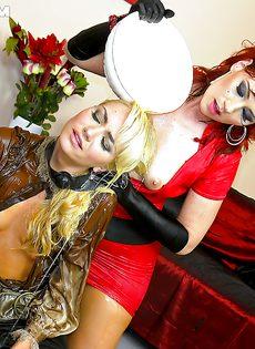 Рыжеволосая шлюшка доминирует над блондинистой девушкой - фото #9