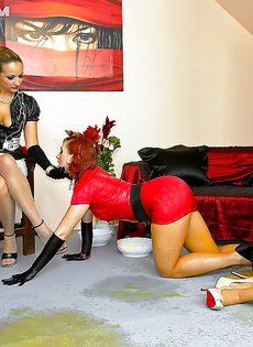 Рыжеволосая шлюшка доминирует над блондинистой девушкой - фото #11