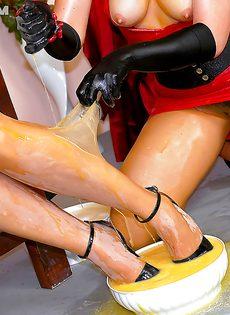 Рыжеволосая шлюшка доминирует над блондинистой девушкой - фото #12