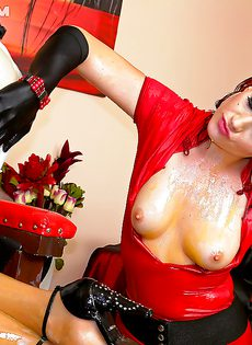 Рыжеволосая шлюшка доминирует над блондинистой девушкой - фото #13