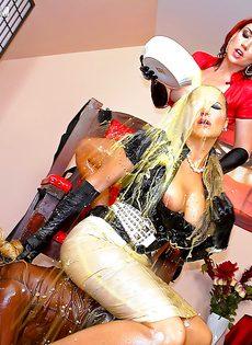 Рыжеволосая шлюшка доминирует над блондинистой девушкой - фото #16