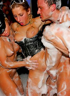 Хардкорное секс пати с незнакомками в ночном заведении - фото #12