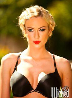 Эротические фотографии умопомрачительной блондинки на природе - фото #1