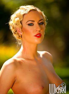 Эротические фотографии умопомрачительной блондинки на природе - фото #6