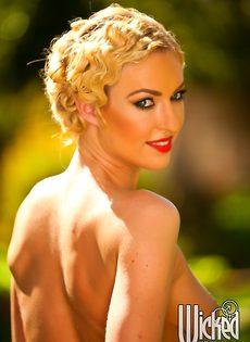 Эротические фотографии умопомрачительной блондинки на природе - фото #15