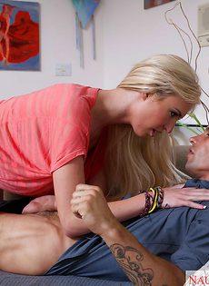 Мускулистый парнишка топчет раком сладенькую блондинку - фото #1