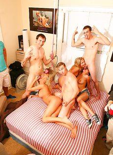 На небольшой кроватке парни оприходовали прелестных молоденьких телок - фото #7