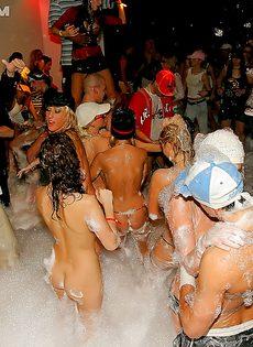 Пенная вечеринка очень понравилась молодым девушкам - фото #3